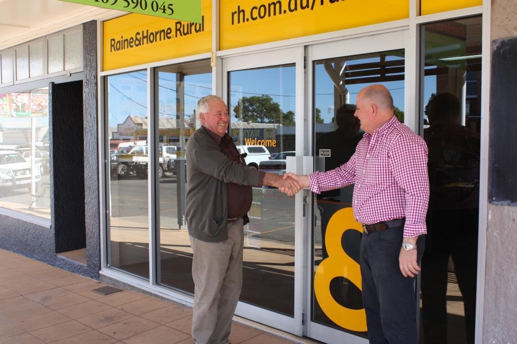 Graham Lohse (L) with Raine & Horne Rural Brisbane Principal, Danny Bukowski
